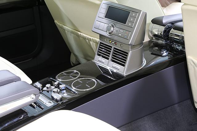 2-2 进口辉腾的后排有左右独立空调控制及出风口,此外,B柱上和前排座椅下方也有出风口。