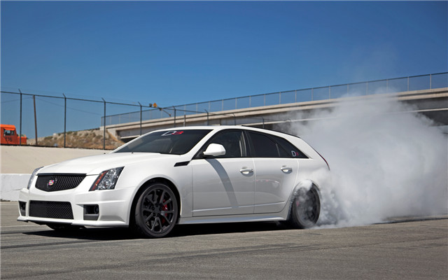 D3-cadillac-CTS-V-wagon-front-three-quarter-burn-out