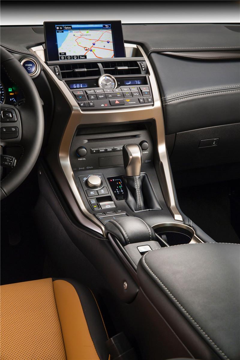 2015_Lexus_NX_300h_018