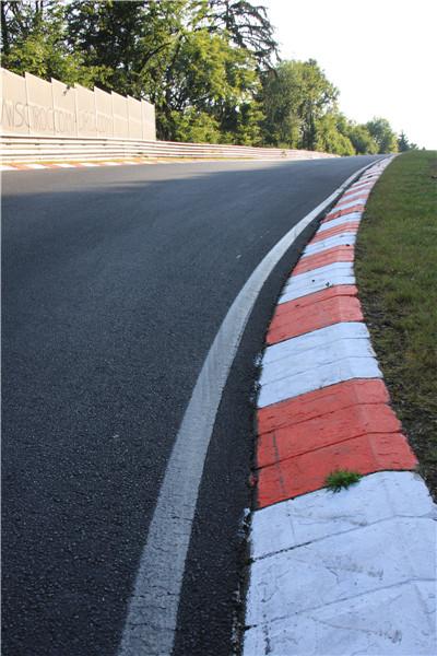 图2:据说这是一个事故多发的弯道,旁边的护栏经常都是新的,再往前一点就算尼基-劳达问候死神的地方。_副本1